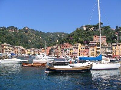 Portofinon satamaa reunustavaa rantaa